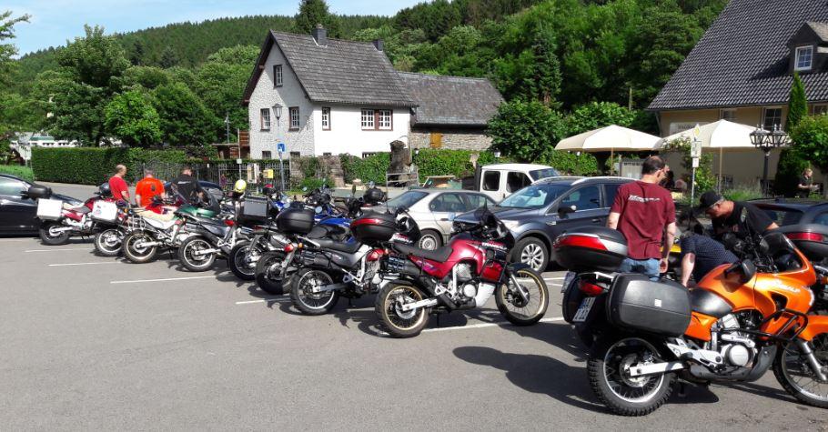 Der Parkplatz vor dem Hotel füllt sich.
