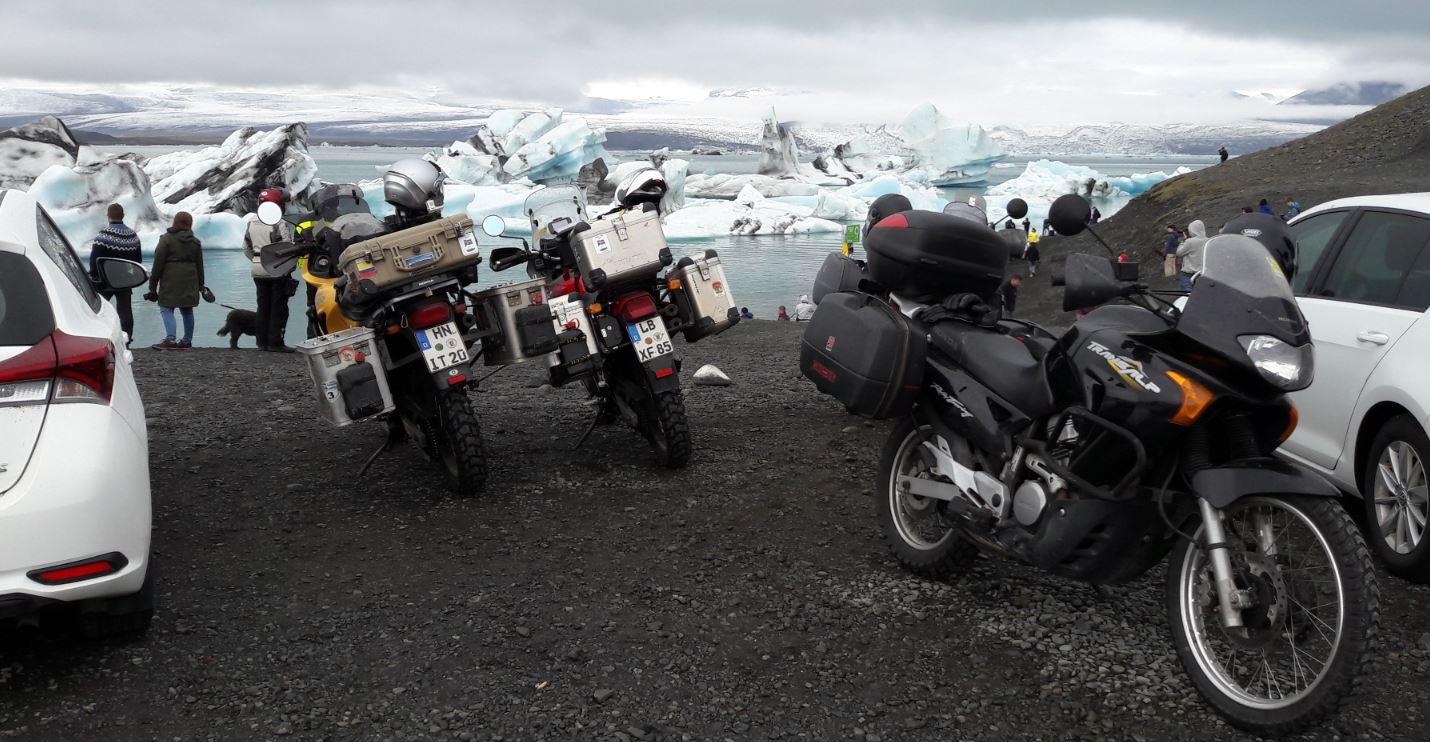 Unsere Transalps vor einem Gletschersee